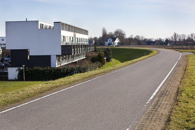 Moderna lägenheter längs ett holländskt dike royaltyfri bild