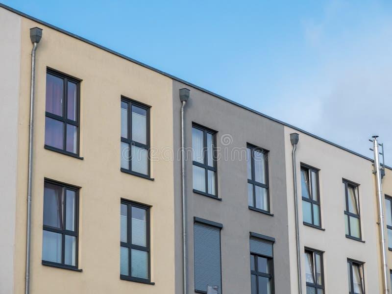 Moderna låga löneförhöjningradhus med blå himmel royaltyfri fotografi