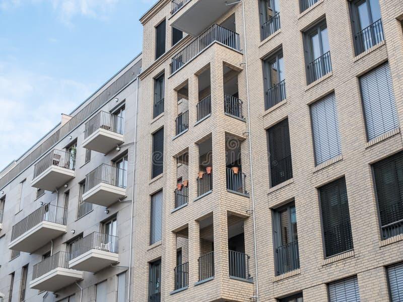 Moderna lyxiga hyreshusar med balkonger fotografering för bildbyråer