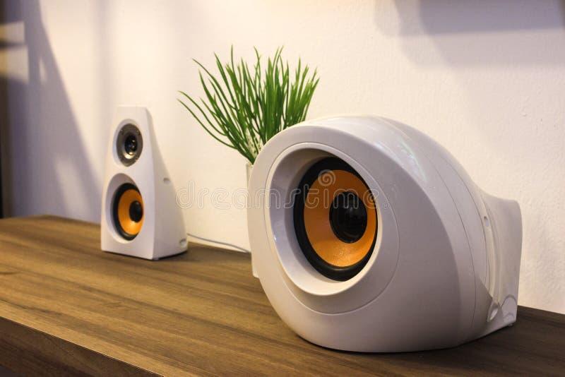 Moderna märkes- högtalare på träserveringsbord royaltyfri foto