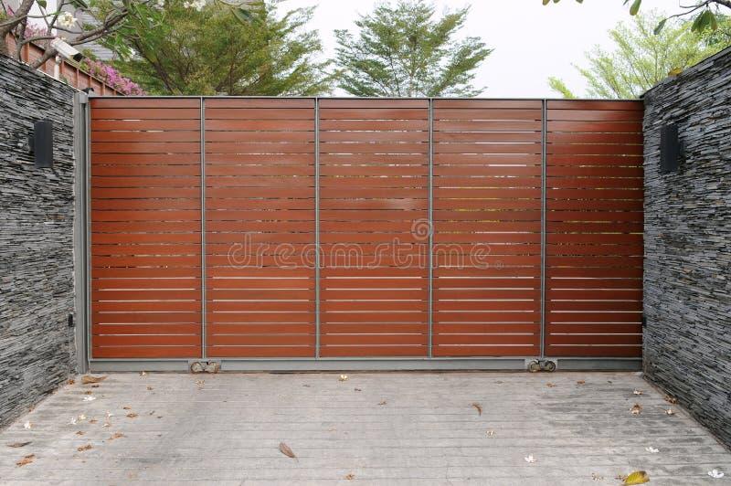 Moderna portar till ett förorts- hus arkivfoton