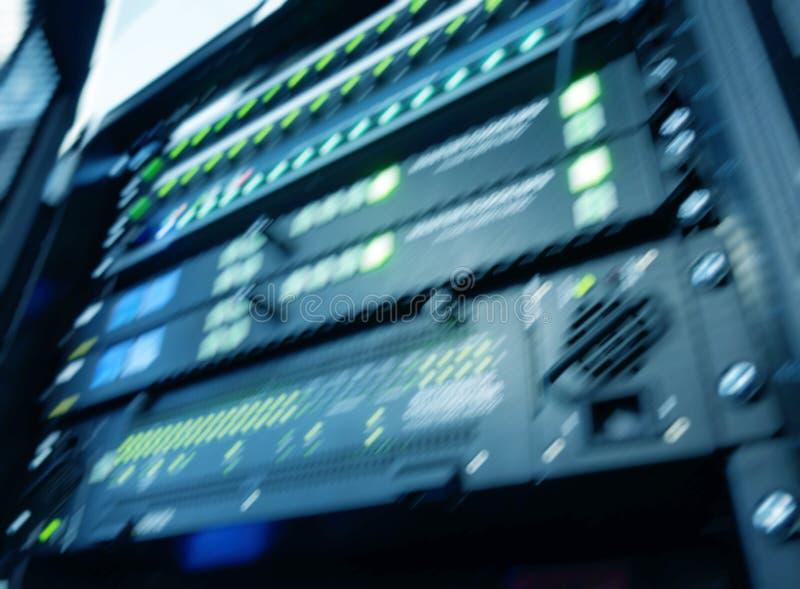 Moderna serveror för suddig panel i datorhallen Supercomuter telekommunikationteknologi Säkringskugge royaltyfria foton