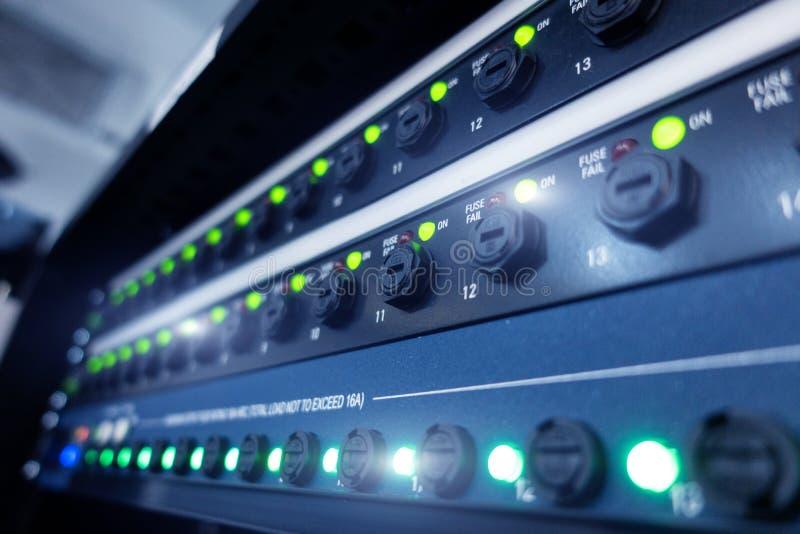 Moderna serveror f?r panel i datorhallen Supercomuter telekommunikationteknologi Serverkugges?kringar royaltyfria bilder