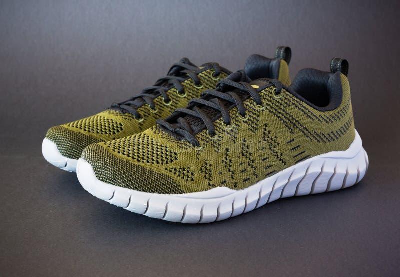 Moderna skor för stilgräsplansport royaltyfri bild