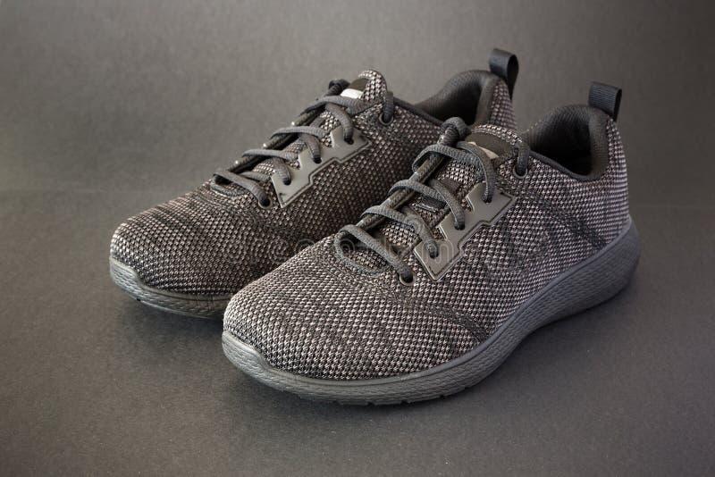 Moderna skor för stilsvartsport fotografering för bildbyråer