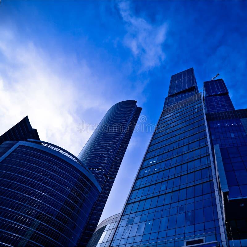 moderna skyskrapor för afton royaltyfri foto
