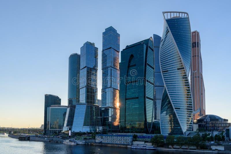 Moderna skyskrapor med kontor och lägenheter i staden för Moskva för affärsmitt, Ryssland arkivfoto