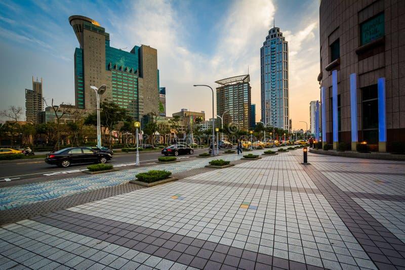 Moderna skyskrapor på Banqiao, i den nya Taipei staden, Taiwan royaltyfria bilder