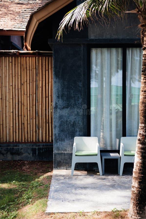 Moderna stolar för modern stil i trädgårdbalkong royaltyfria foton