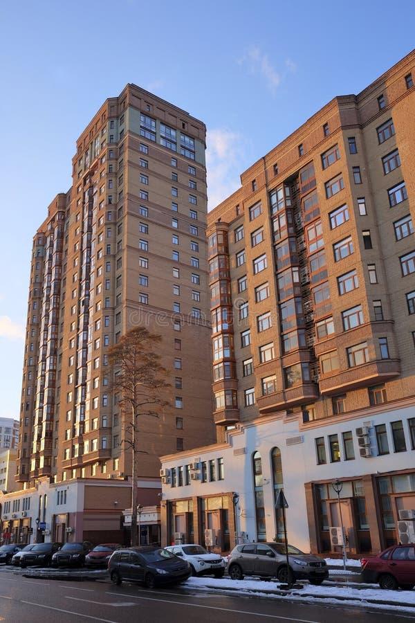 Moderna tegelstenhöghus i Moskva arkivfoto