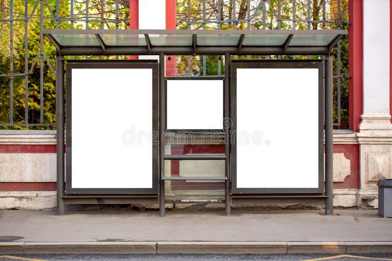 Moderna tomma tomma annonserande affischtavlabaner i det fria för en stad på en bussstation Modell f?r ditt annonserande projekt arkivbild