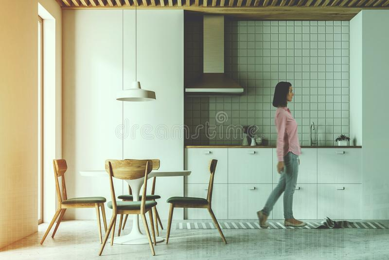 Moderna tonade vit kök, stolar och tabell arkivfoton