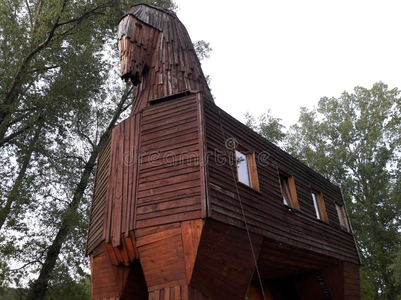Moderna troy hästaftonbetonger spelar konstruktioner för trä för arkitekturer för dramabrotaket som medeltida skapar trävalv royaltyfri foto