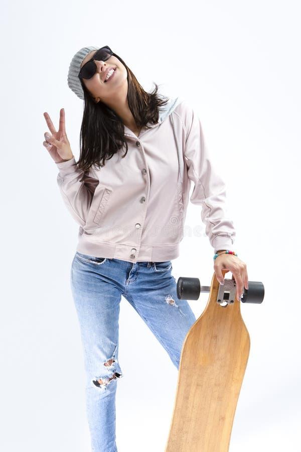 Moderna ungdombegrepp Stående av den lyckliga le Caucasian brunetten royaltyfria foton