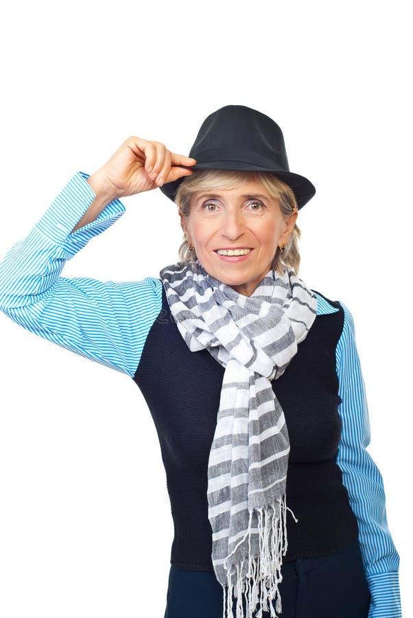 Moderne ältere Frau mit Hut lizenzfreie stockfotos
