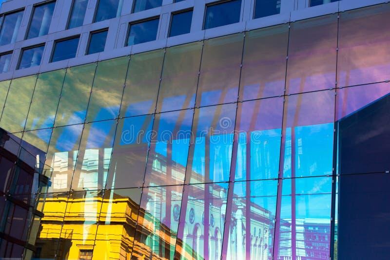 Moderne abstrakte Wand mit Reflexionen lizenzfreies stockfoto