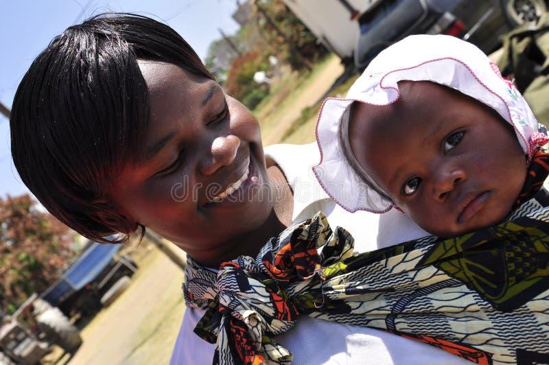 Moderne Afrikaanse vrouwen met leuke baby stock foto's