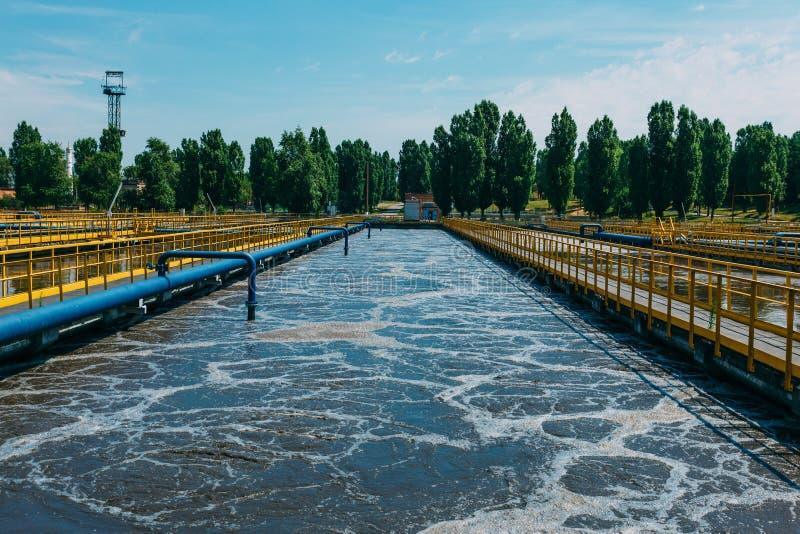 Moderne afvalwaterzuiveringsinstallatie Tanks voor verluchting en biologische reiniging van riolering stock afbeelding