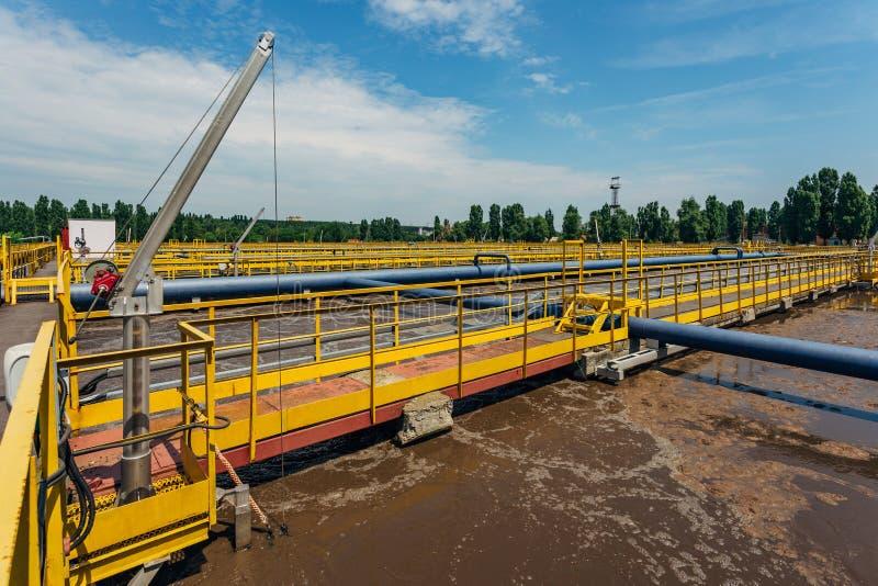 Moderne afvalwaterzuiveringsinstallatie Tanks voor verluchting en biologische reiniging van riolering stock foto's
