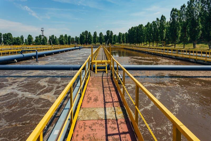 Moderne afvalwaterzuiveringsinstallatie Tanks voor verluchting en biologische reiniging van riolering royalty-vrije stock afbeeldingen