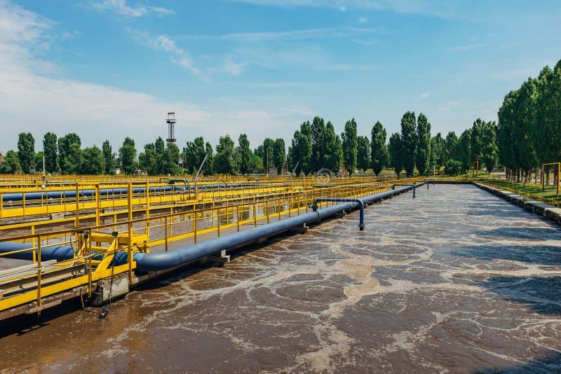 Moderne afvalwaterzuiveringsinstallatie Tanks voor verluchting en biologische reiniging van riolering door actieve modder te gebr royalty-vrije stock afbeeldingen