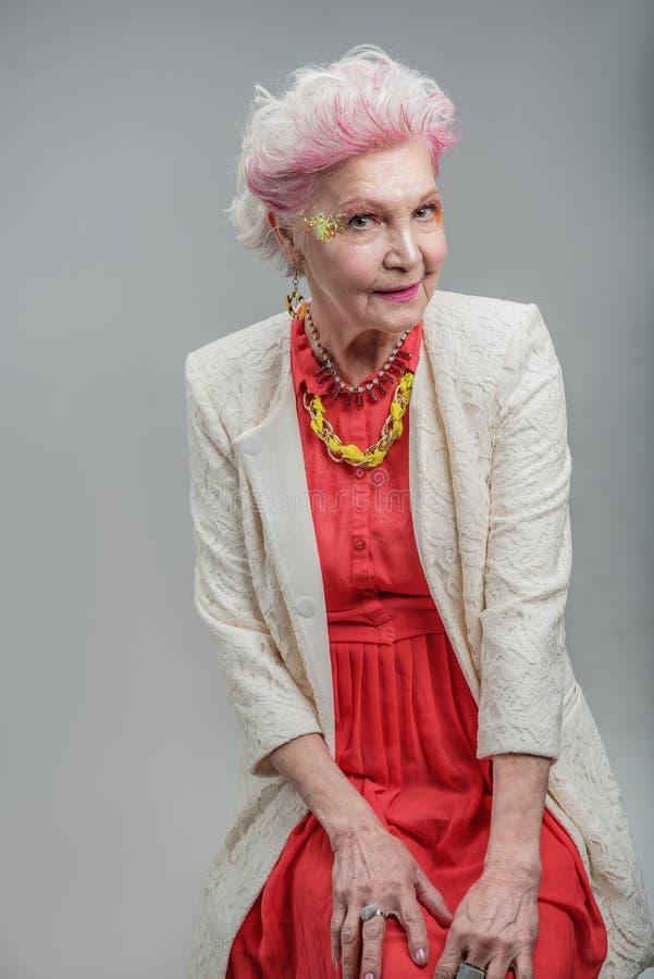 Moderne alte Dame mit hellem Make-up lizenzfreies stockfoto
