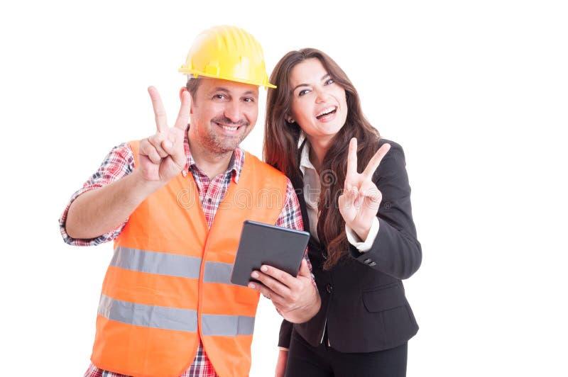 Moderne architect en moderne bedrijfsvrouw die draadloze tablet gebruiken stock afbeeldingen