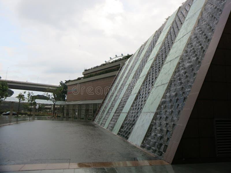Moderne Architecten Singapore Waterval die de muur van een gebouw reduceren De daling van regendalingen aan de grond en vormvulkl royalty-vrije stock afbeelding