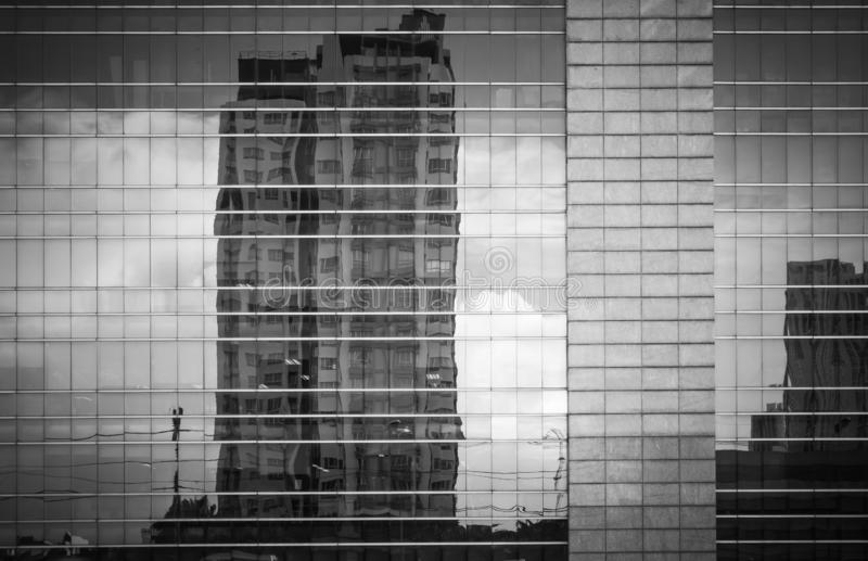 Moderne architectuur dichte omhooggaand met de weerspiegelingen van het spiegelvenster van het inbouwen van Bangkok royalty-vrije stock afbeeldingen