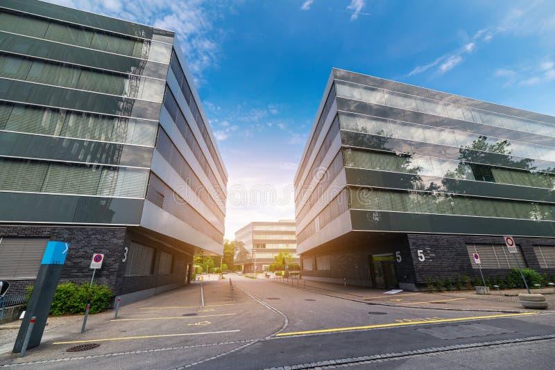 Moderne Architectuur en Eigentijds Voorgevel de Bouwontwerp, Geometrische Structuur van de Bureaubouw, Cityscape van Stedelijke V stock foto's