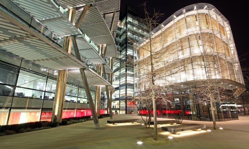 Moderne architectuur op Londonâs Theems stock afbeeldingen