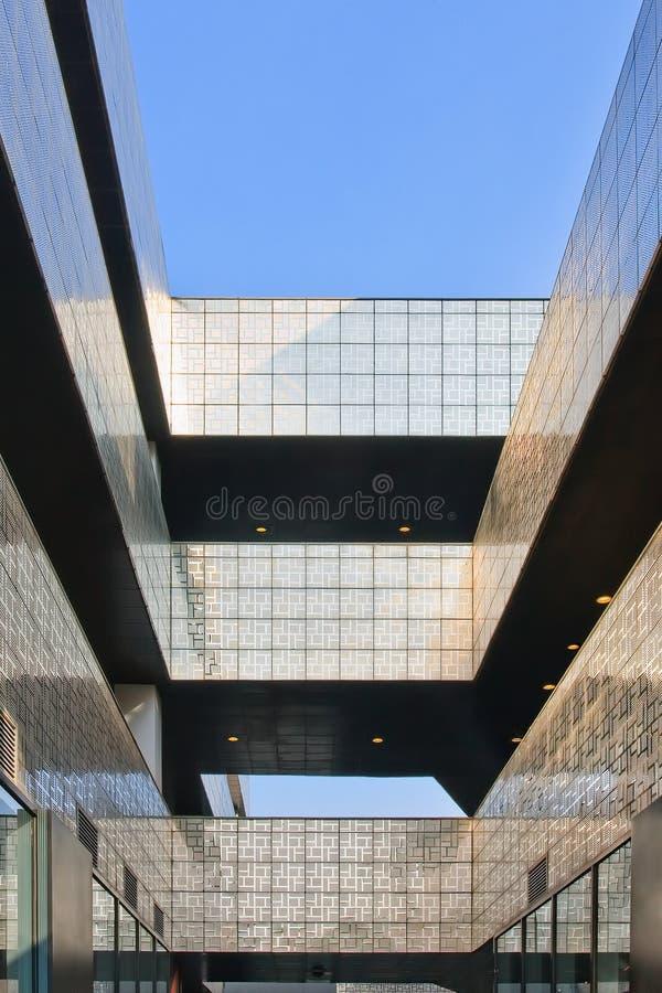 Moderne architectuur tegen een blauwe hemel in Peking Sanlitun het Dorp royalty-vrije stock foto