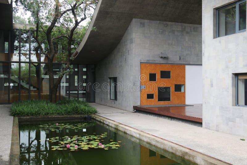Moderne Architektur Der Atriumgarten waterscape stockfotografie