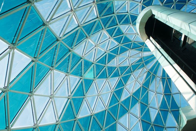 Moderne Architektur Fragment eines Einkaufszentrums oder des Geschäftszentrums, lizenzfreies stockfoto