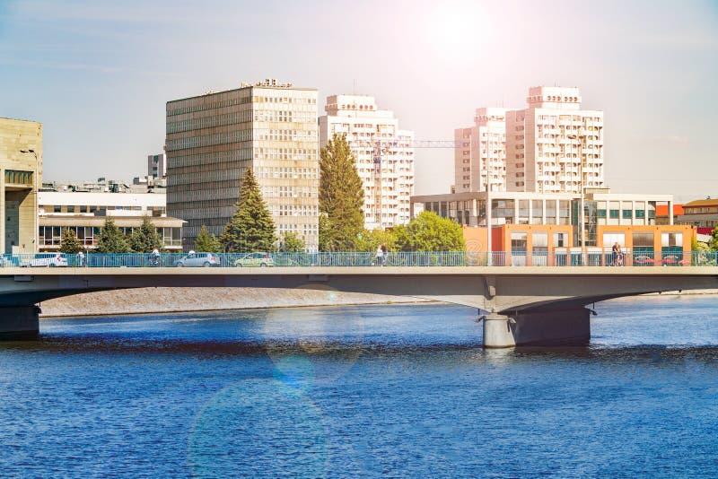 Moderne Architektur von Breslau, Polen, modernes Europa, sich hin- und herbewegende Boote entlang dem Fluss, Flussbänke im Stadtz stockfoto