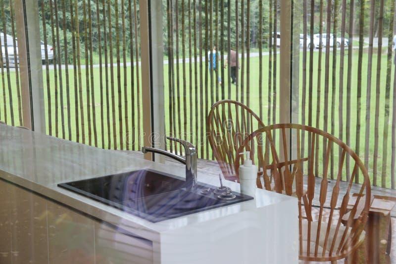 Moderne Architektur Wiedergabe 3D Büroräume Küche Bambusmöbel stockfoto