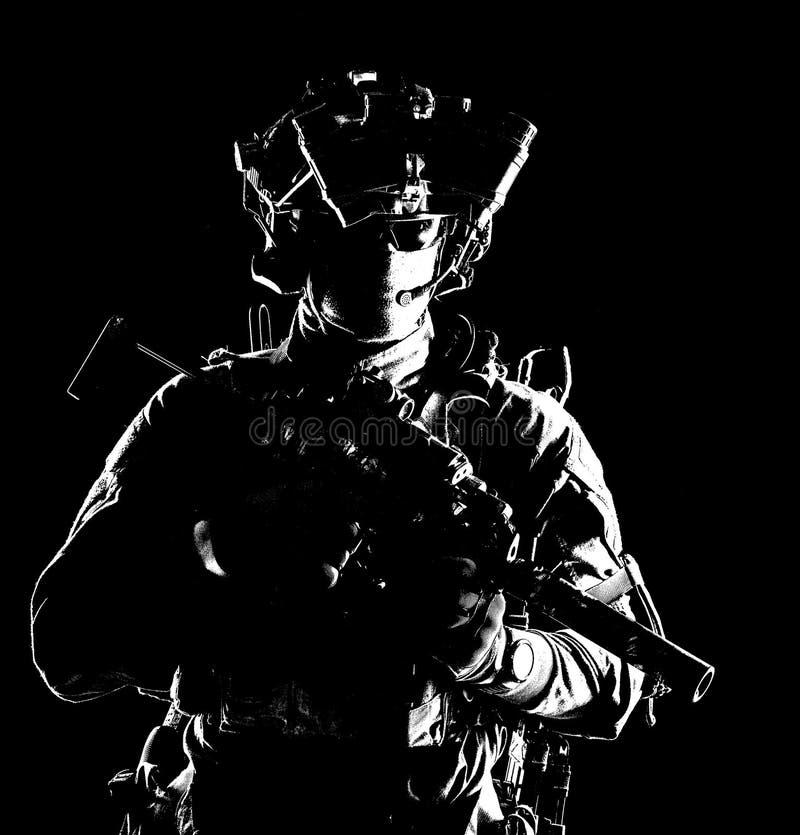 Moderne Armeelite-Truppen im Dunkeln stockfotos