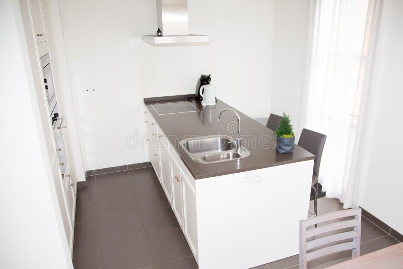 Moderne Art der Küche Kombinierte Küche und Esszimmer mit blac stockbild