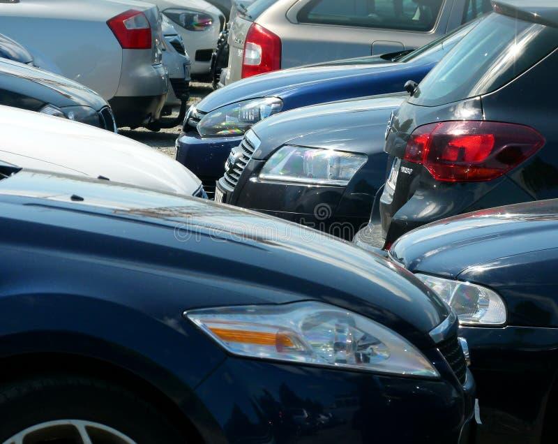 Moderne Autos im Parkplatz stockbilder