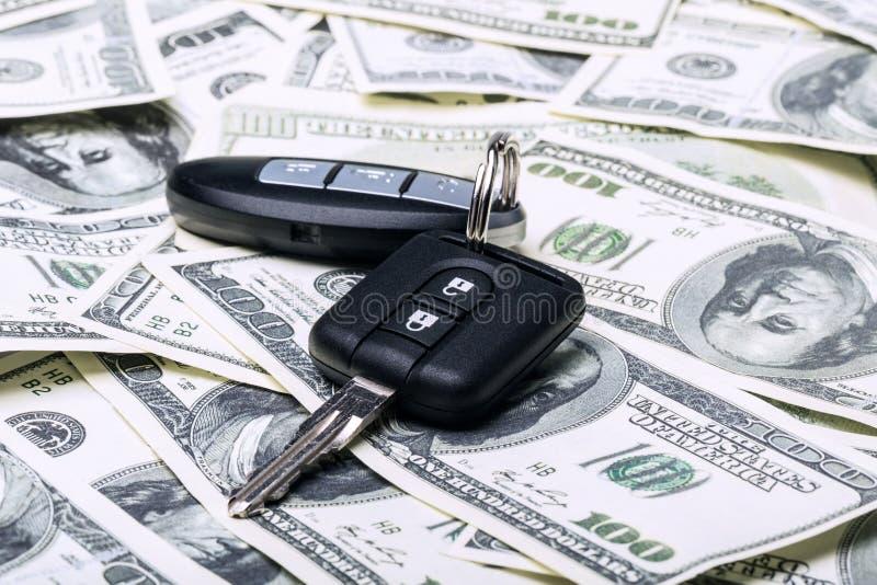 Moderne Autosleutels op geldachtergrond stock fotografie