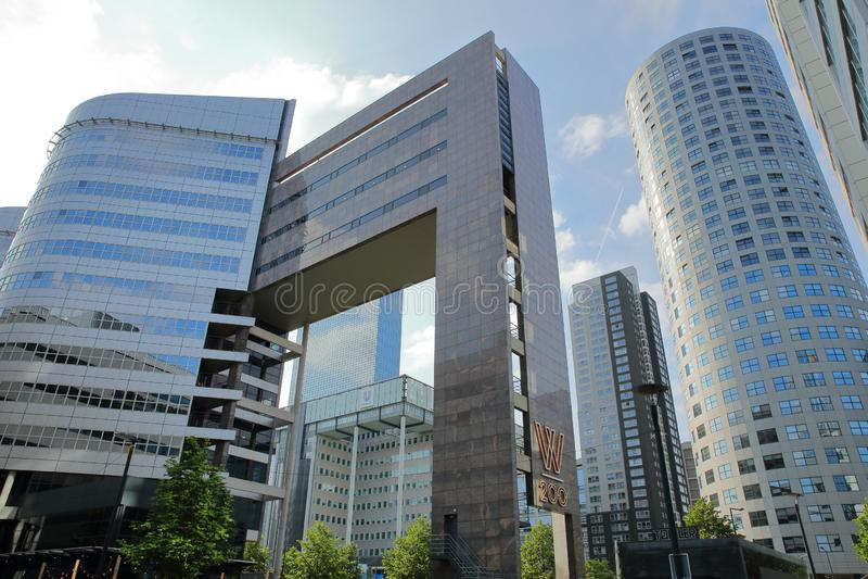 Moderne Bürogebäude gelegen auf Weena-Straße nahe Hauptbahnhof, mit Ausrichthebelgebäude lizenzfreie stockfotografie