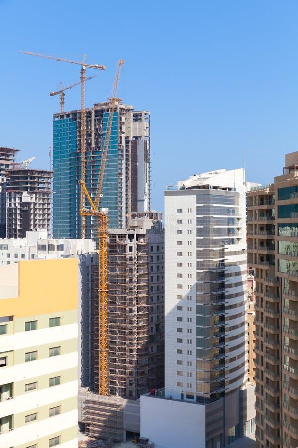 Moderne Bürogebäude und Hotels sind im Bau lizenzfreies stockbild