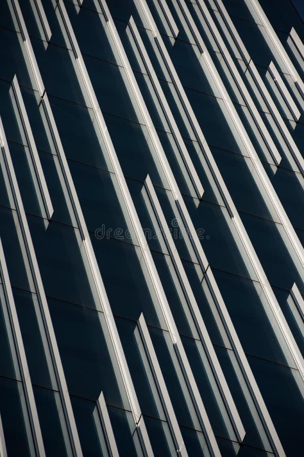 Moderne Bürogebäudefassade mit Reflexionslinien. stockbild