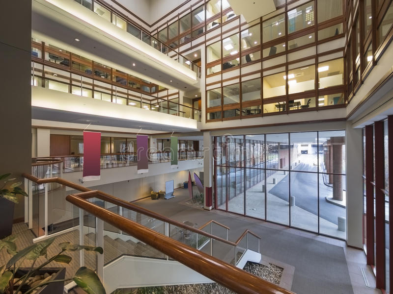 Moderne Bürogebäudelobby lizenzfreie stockfotos