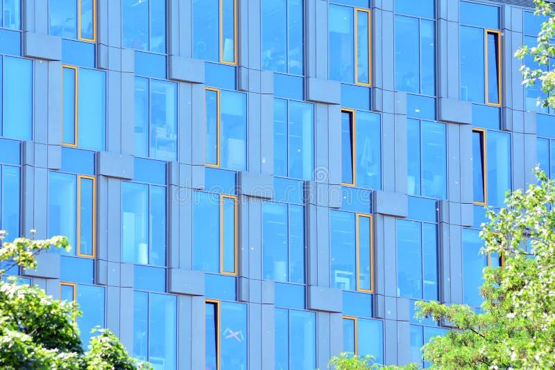 Moderne Bürogebäudewand hergestellt vom Stahl und vom Glas lizenzfreies stockbild