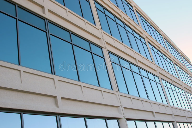 Moderne Bürohausfenster lizenzfreie stockfotografie