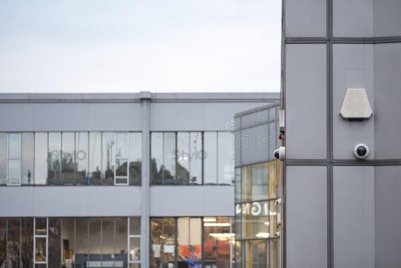 Moderne Büros gesehen mit installiertem CCTV und Warnungssystemen stockbild