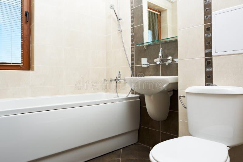 Moderne badkamers in bruine kleur stock fotografie
