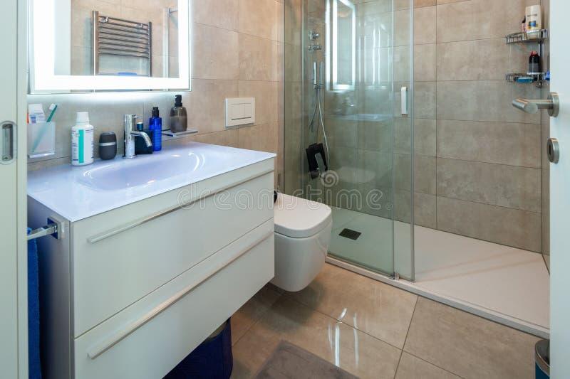 Moderne badkamers in een marmeren ontwerperflat royalty-vrije stock foto's