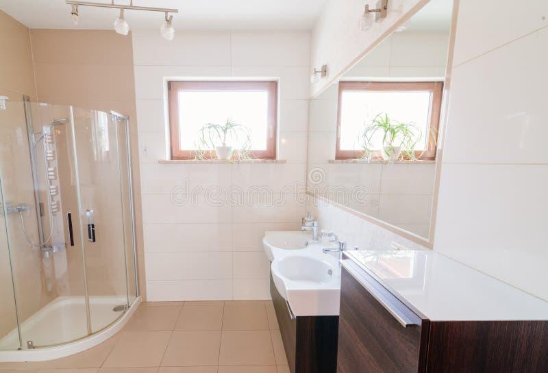 Moderne badkamers met de doos van de glasdouche stock foto
